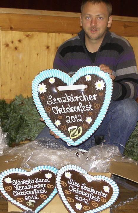 Manuel Schwörer packt die Lebkuchenherzen für das Oktoberfest aus.   | Foto: Schilling