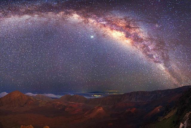 Hoch wölbt sich die Milchstraße am Himmel
