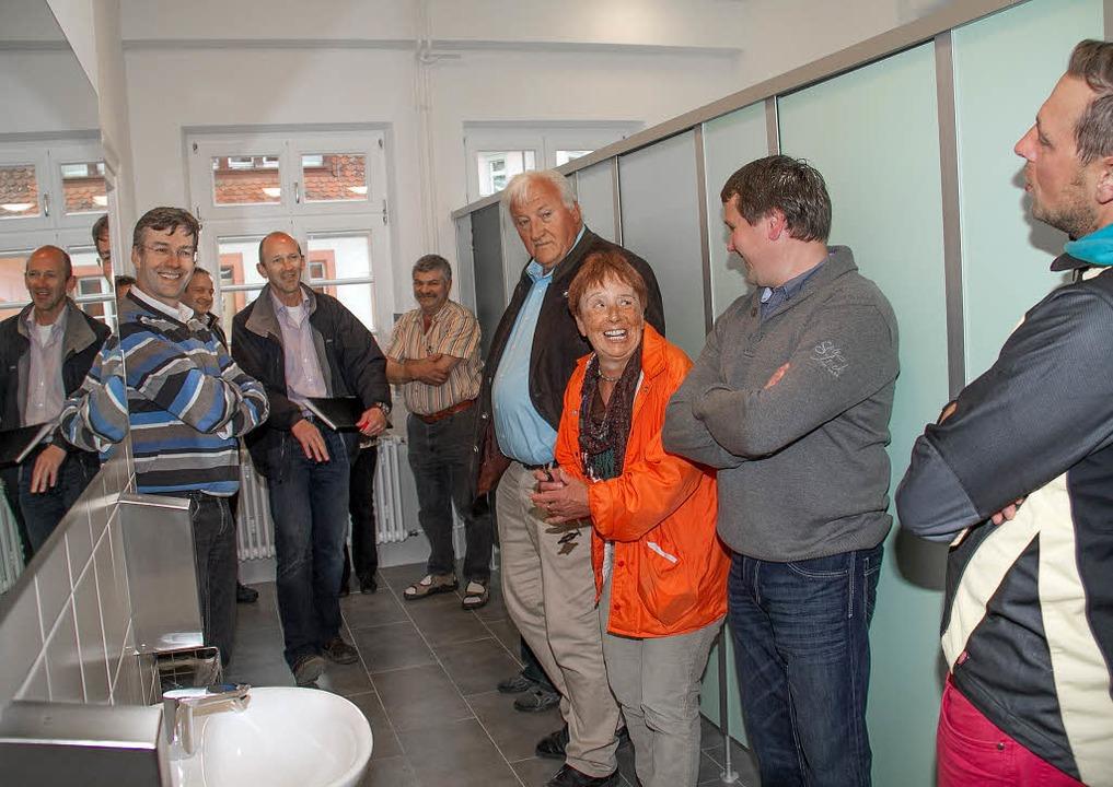Nicht nur Bürgermeister Christian Behr...ng der sanitären Anlagen ist gelungen.  | Foto: Seifried/Dieckmann