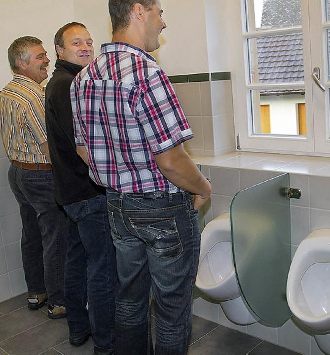 Die Toiletten in der Grundschule wurde...n es  in Erinnerung an ihre Schulzeit.  | Foto: Wilfried Dieckmann