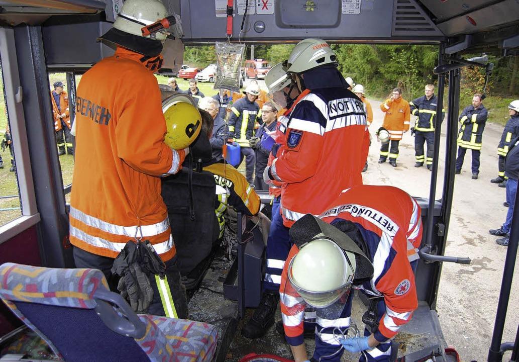 Rettungsübung am bus in Schluchsee  | Foto: Martin Ganz