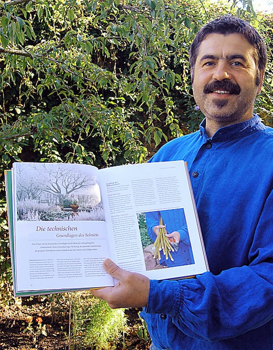 Hansjörg Haas mit seinem neuen Gartenbuch.   | Foto: Ute Schöler