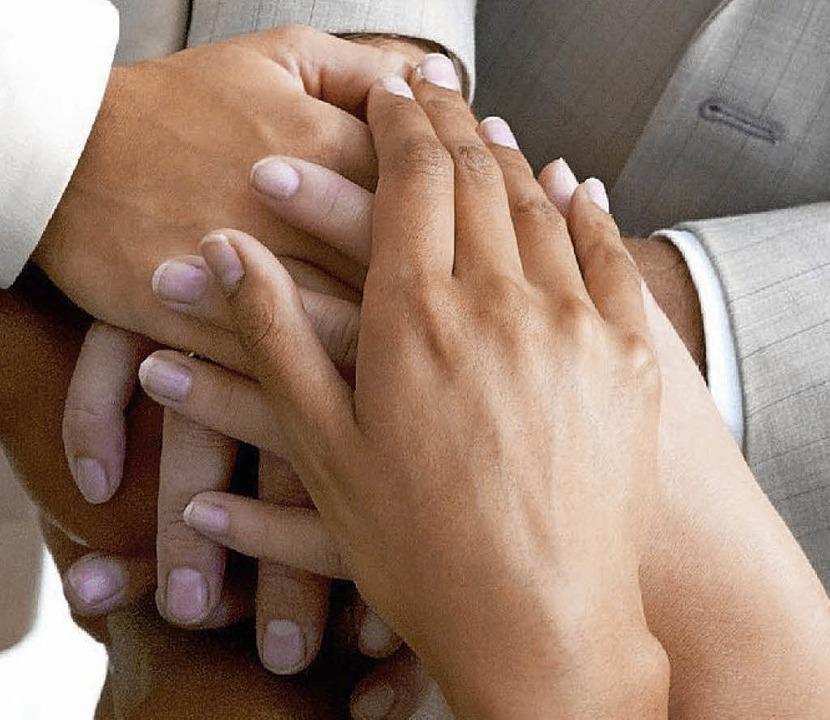 Hand in Hand: Die Generationen in Seel...llen mehr miteinander zu tun bekommen.    Foto: dpa-tmn