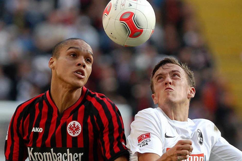 Frankfurts  Bamba Anderson (links) und Freiburgs Max Kruse im Duell. (Foto: AFP)