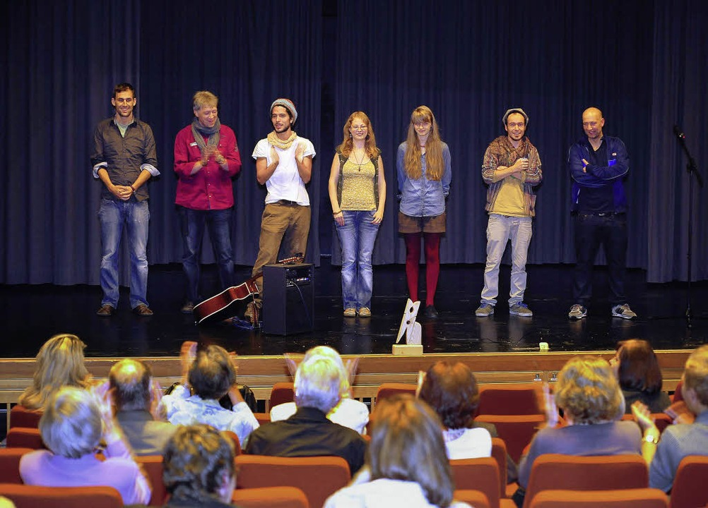 Junge Poeten auf der Bühne, ältere Zuh...ikum gab's bei der Poetry-Slam.     Foto: Thomas Kunz