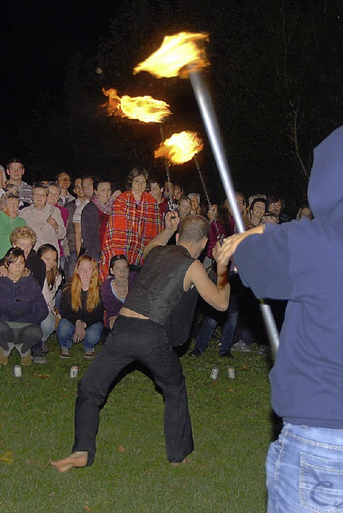 Die Gäste waren von der Feuershow beeindruckt.  | Foto: Roland Vitt