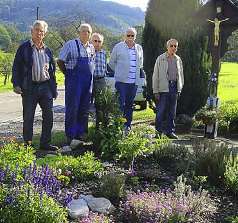 Die Wehrer Gruppe mit Norbert Hauf, Ma...rünanlage beim Flurkreuz Waldstraße     | Foto: Hansj.Bader