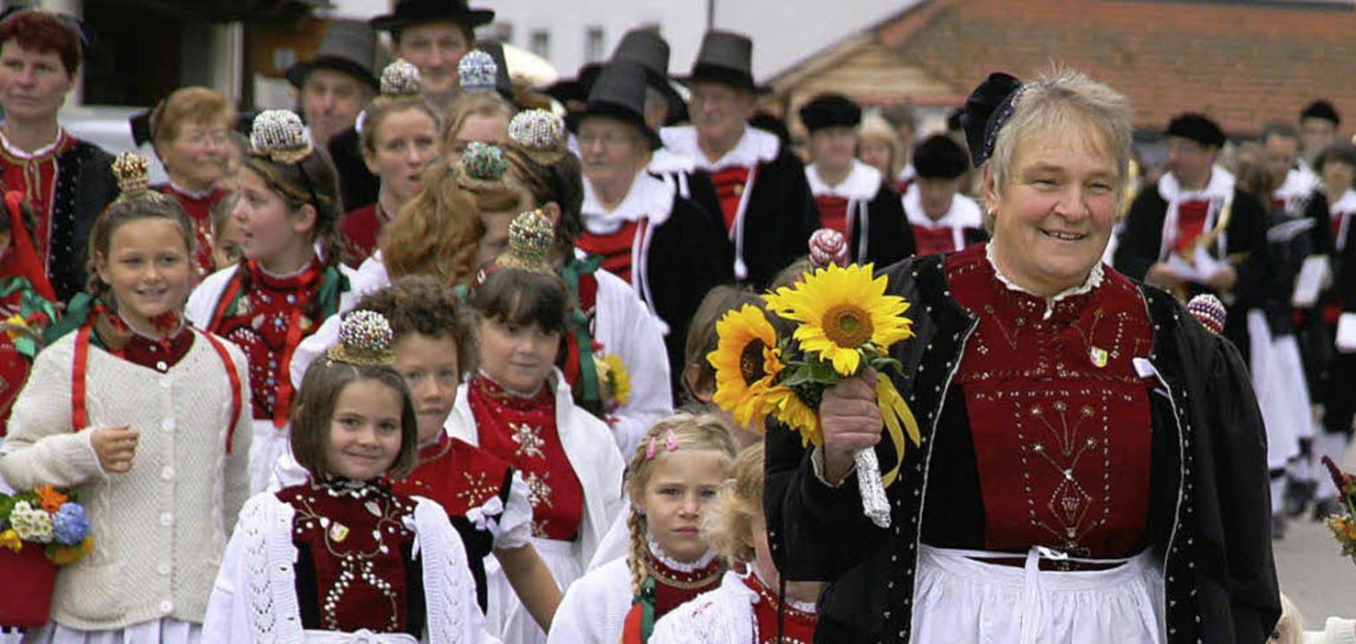 Die Trachtengruppe Görwihl führte den gestrigen Erntedankumzug  an.     Foto: Peter  Schütz