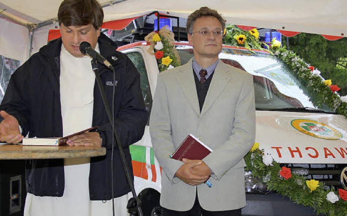 Gemeindediakon Jürgen Bendig ( rechts ...ettungsfahrzeug den kirchlichen Segen.  | Foto: Böhm