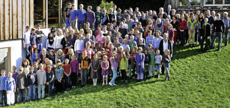 Die aktuelle Schulgemeinschaft auf ihrem Gelände in Urberg  | Foto: PRIVAT