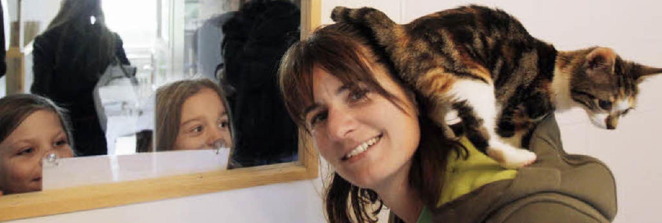 Iris Wiedemann ist Rechnerin im Tiersc...ohle umgehen, sondern auch mit Katzen.  | Foto: Patrik Müller