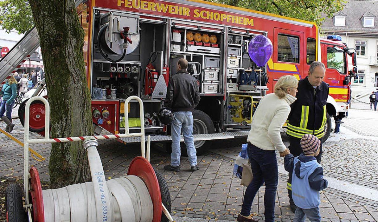 Unter den Linden präsentierte sich die Feuerwehr    Foto: Hermann Jacob