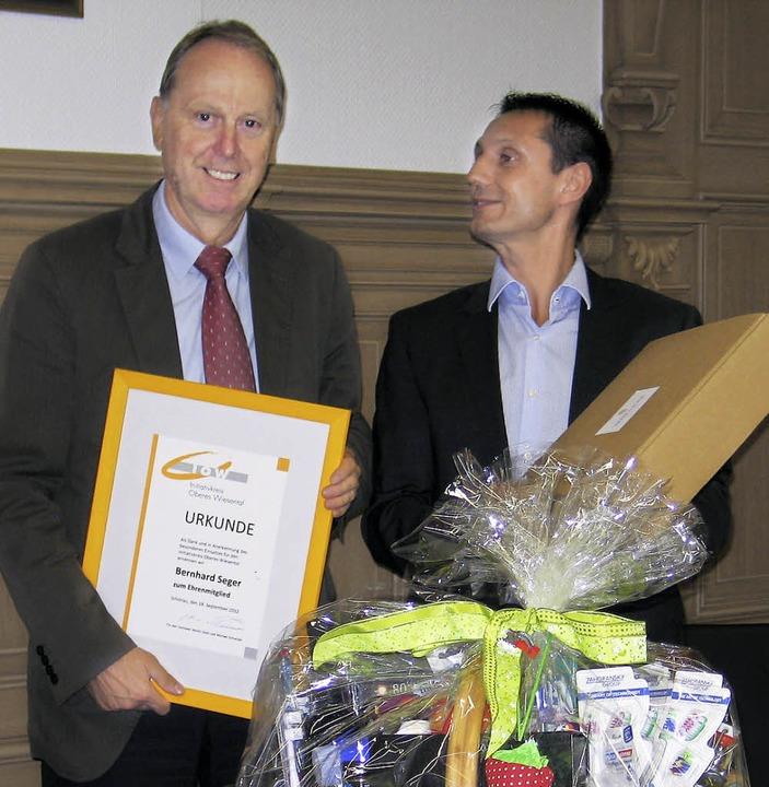 Bernhard Seger ist jetzt  Ehrenmitglie...m überbrachte ihm einen  Geschenkkorb   | Foto: Initiativkreis