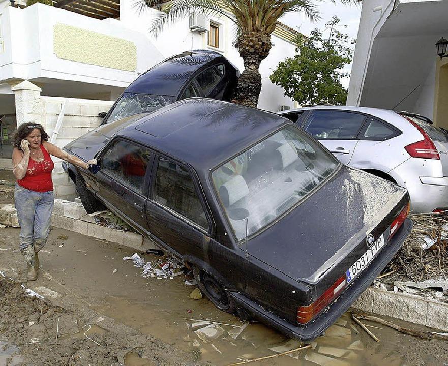 Mitgerissene Autos, vollgelaufene Häus...obadilla beginnt das große Aufräumen.   | Foto: dpa/AFP