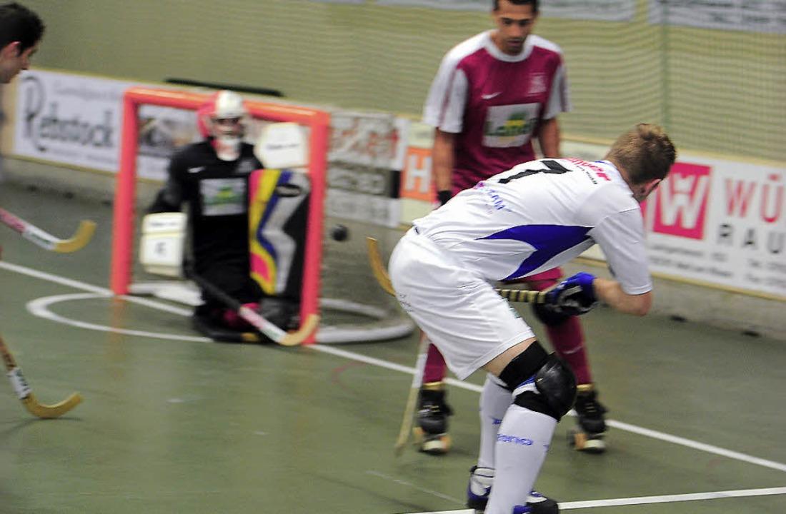 Max Bross (vorne) erzielt das Weiler 1:0  gegen Diessbach.     Foto: Schön