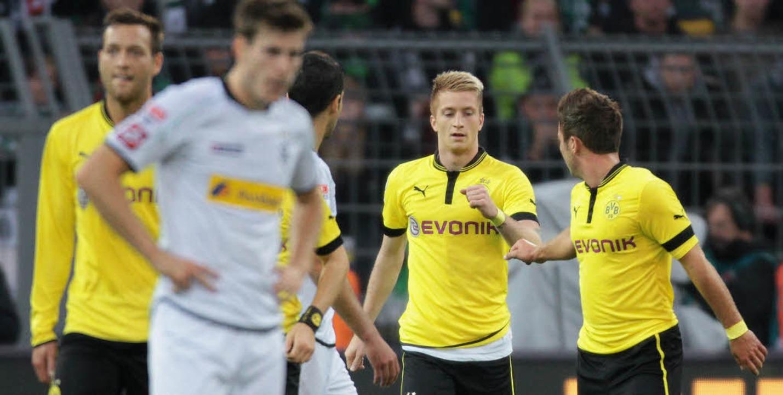Abklatschen ja, Jubelszenarien nein: M...on rechts) nach seinem Treffer zum 1:0  | Foto: dapd
