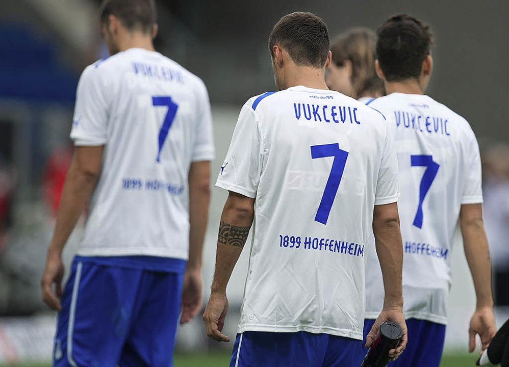 Nach dem Spiel gegen Augsburg trugen a...er Spieler Trikots von Boris Vukcevic.    Foto: dpa