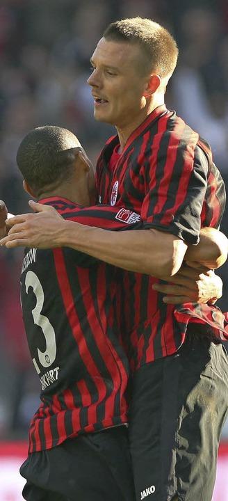 Bamba Anderson (links) bejubelt Matchwinner  Alexander Meier.   | Foto: afp