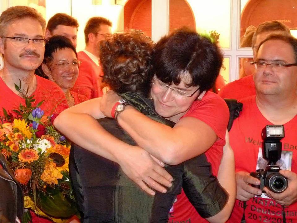 Natalie Henninger ist Deutsche Weinpri... freuen sich riesig mit ihrer Tochter.  | Foto: Christel Hülter-Hassler