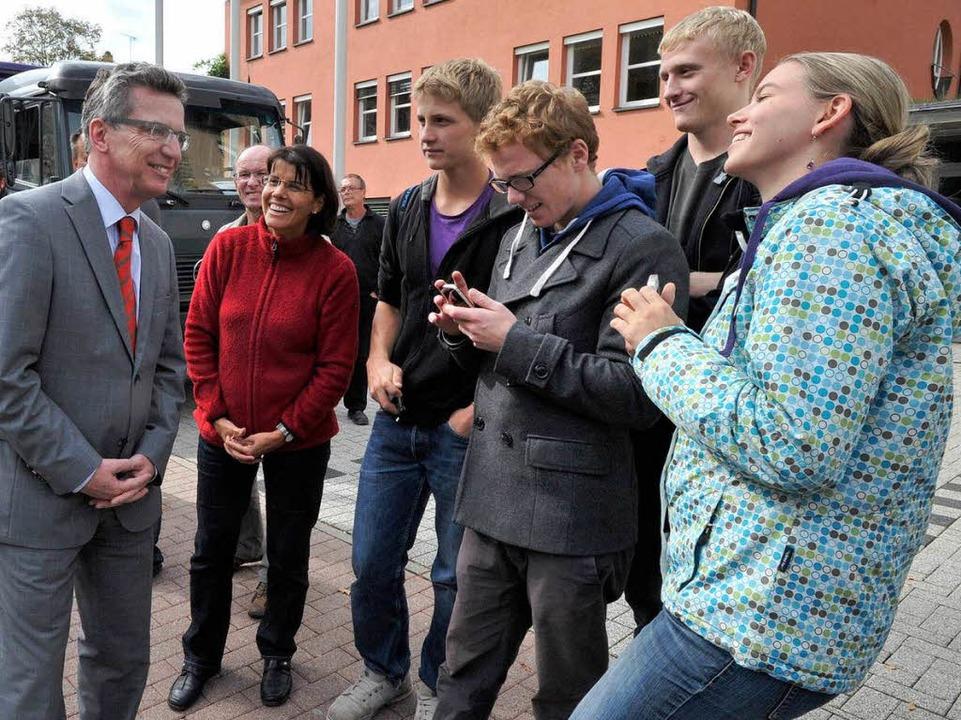 Minister de Maizière unter Schülern  | Foto: Volker Münch