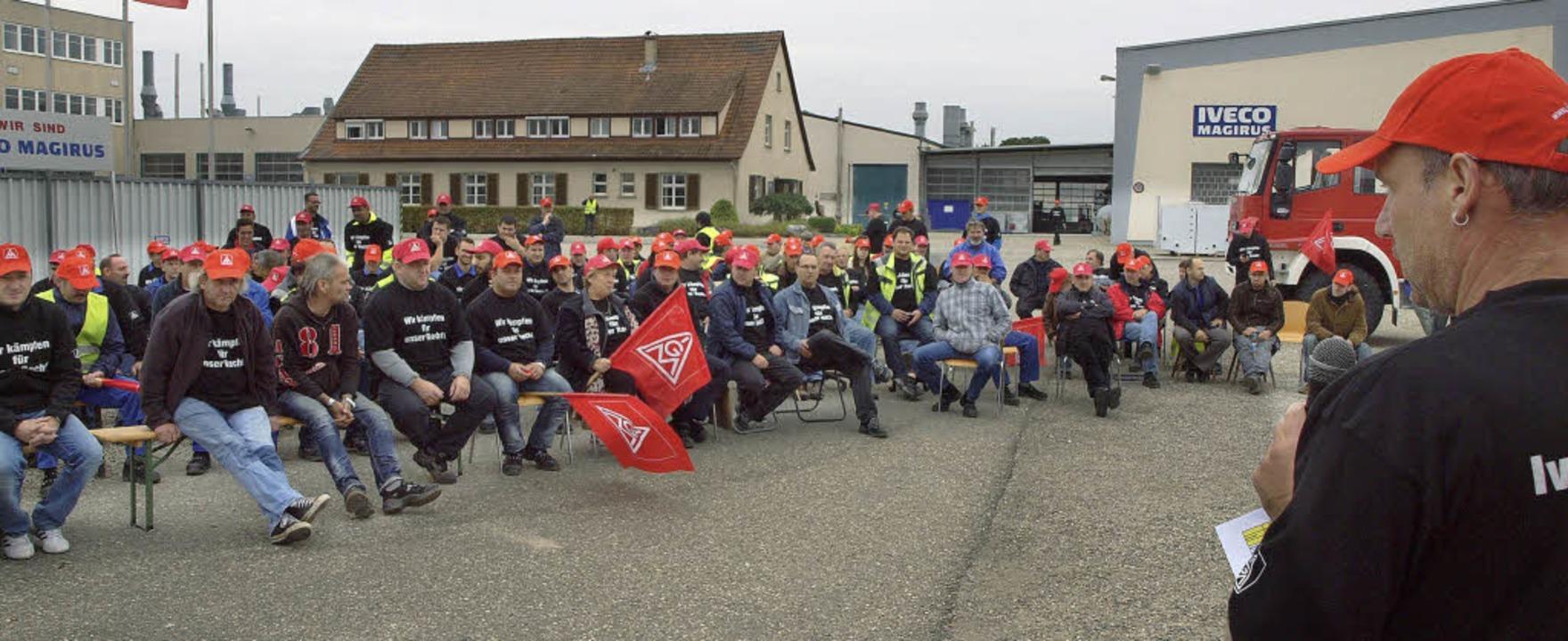 Betriebsversammlung im Freien am Montag vor dem Iveco-Werk in Weisweil.   | Foto: Michael Haberer