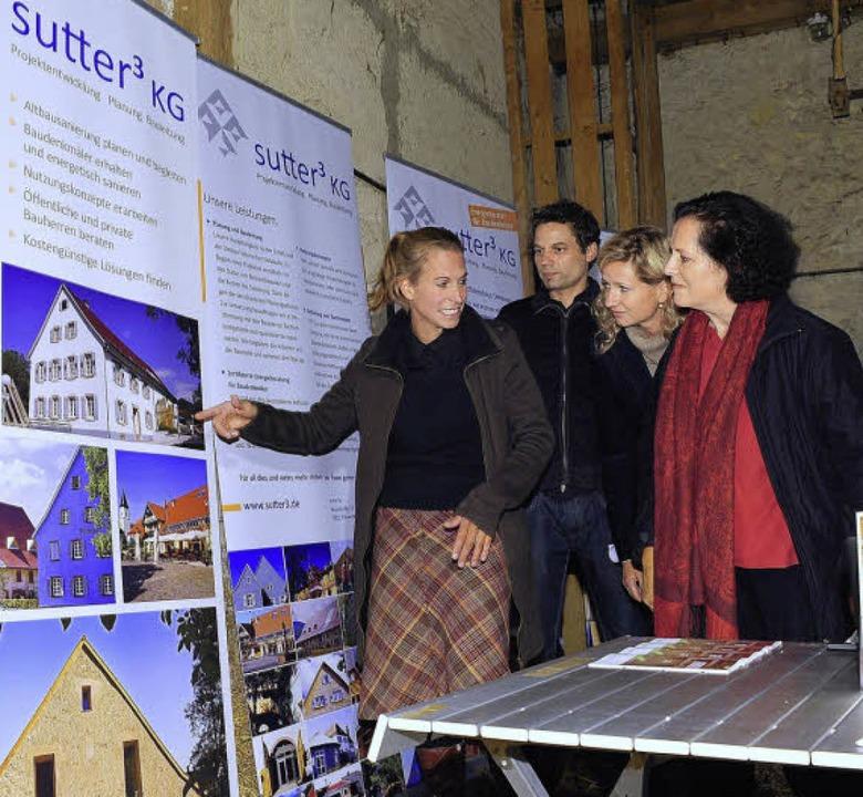 Die Bauplaner  zeigen Carola Sonne (rechts) Details des Umbaus.   | Foto: Kunz