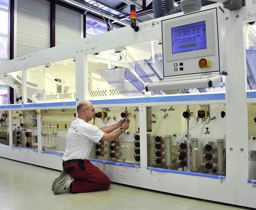 Produktion bei Rena in Gütenbach (im J...t werden, um Solarzellen herzustellen.  | Foto: Thomas Kunz/dpa