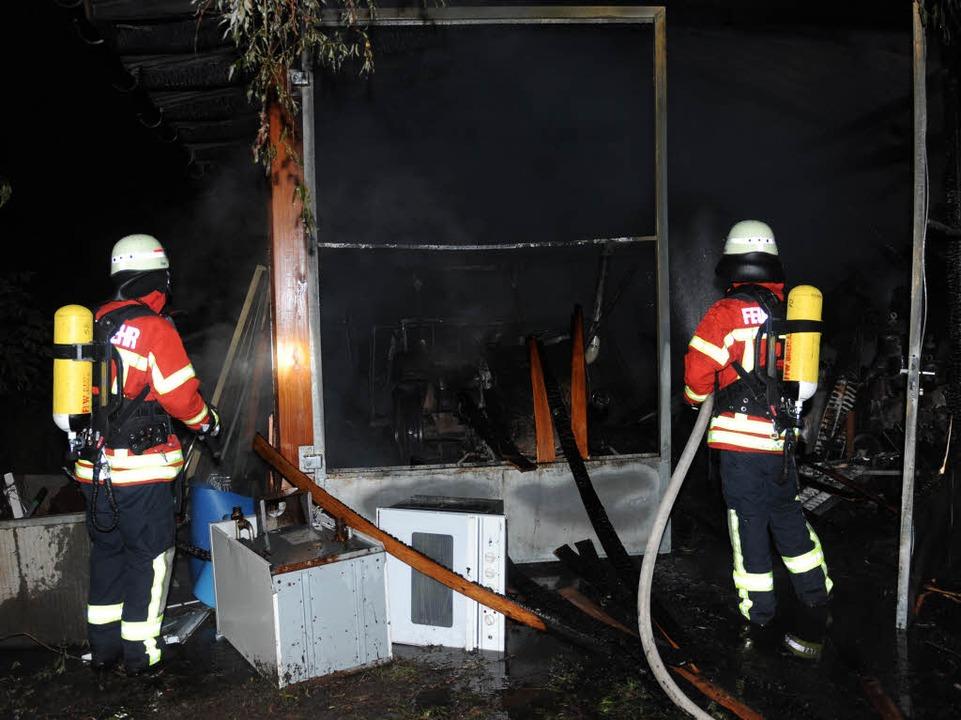 Die Breisacher Feuerwehr konnte das Gebäude nicht mehr retten.  | Foto: Patrick Seeger