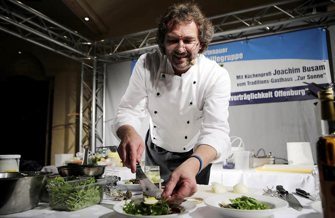 Der staatlich geprüfte Diätkoch Joachi...m gibt dem Salat den letzten Schliff.   | Foto: Christoph Breithaupt