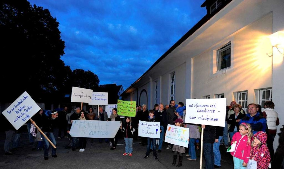 Am Montagabend demonstrierten Bürger u...inn der Sitzung des Pfarrgemeinderats.  | Foto: Ingo Schneider