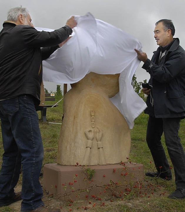 Franz Späth (links)  und Christopher Lampart bei der Enthüllung der Skulptur.   | Foto: Roland Vitt