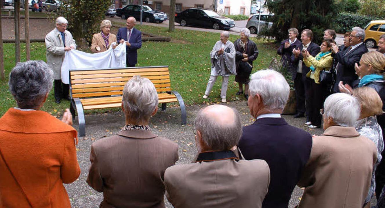 Bei der Einweihung der neuen Bank in d...s) und dem Vize-Präsidenten André Ehm.    Foto: Rebekka Sommer