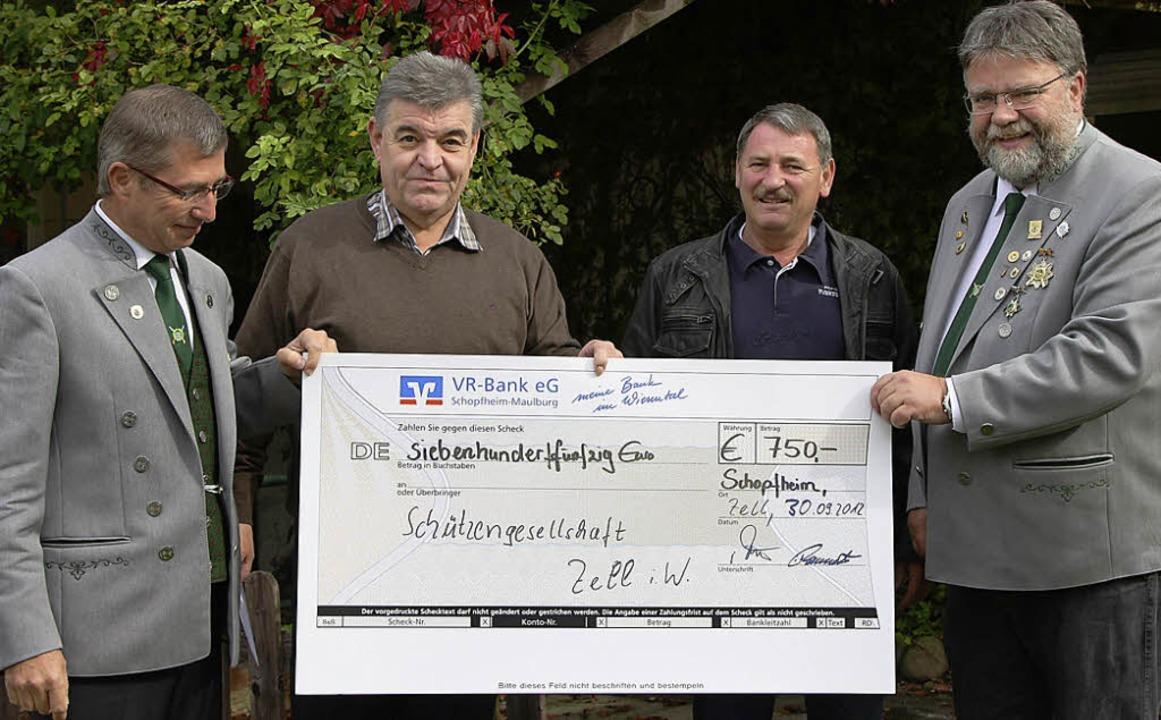 Frank Mehlin, Stefan Rasztovics und  S...wod mit dem Spendenscheck  (von links)  | Foto: Privat