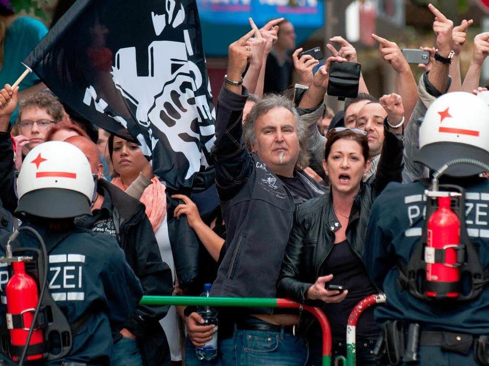 Demonstranten protestieren  Göppingen  gegen eine Neonazi-Demonstration.    Foto: dpa