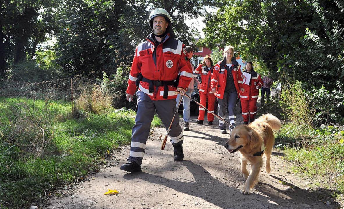 Karsten Hanke und Rettungshund Aisha m...sonst viele Einsatzkräfte nötig sind.   | Foto: Rita Eggstein