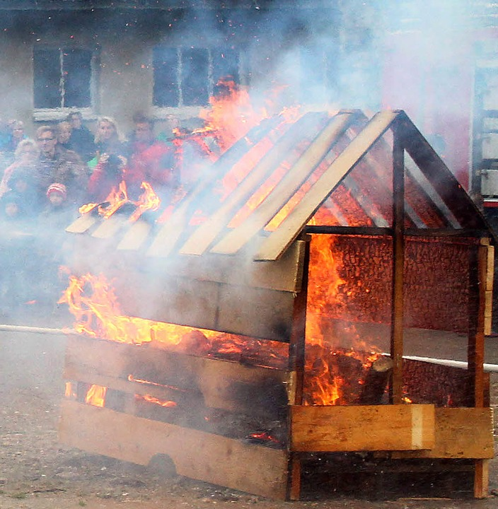 <ppp></ppp>Löschen eines lichterloh brennenden  Holzhäuschens.   | Foto: Eva Korinth