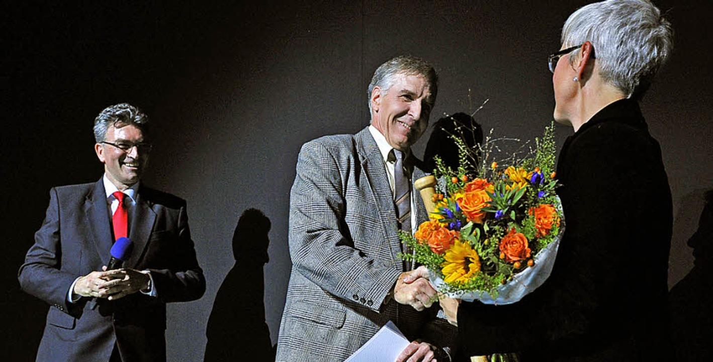 Neal Schwantes Kammersänger (Mitte), O...alomon (l), Intendantin Barbara Mundel  | Foto: MAURICE KORBEL