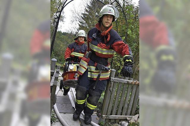 Feuerwehrleute fanden sich in dichtem Qualm zurecht