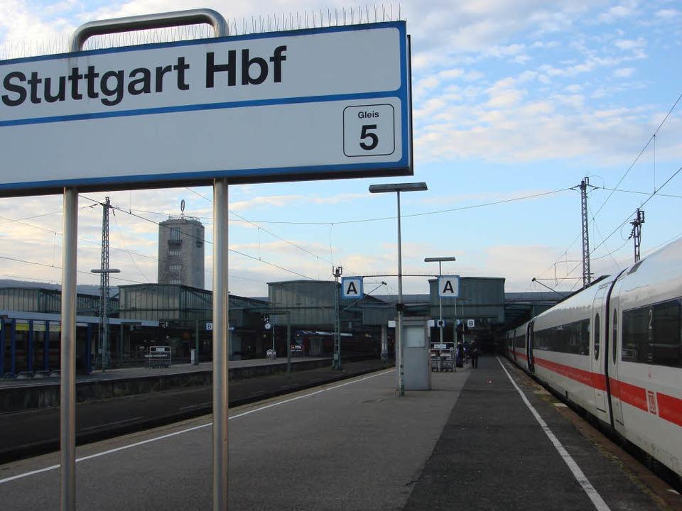 Bei einer Testfahrt im Hauptbahnhof St...gleist. Er musste abgeschleppt werden.  | Foto: Victoria Langelott