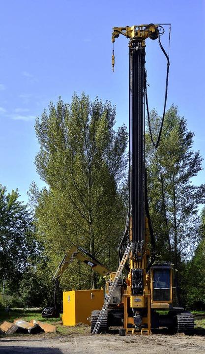Eine ziemlich große Bohrmaschine nimmt...Gelände der Kesslergrube in Grenzach.   | Foto: Ralf H. Dorweiler