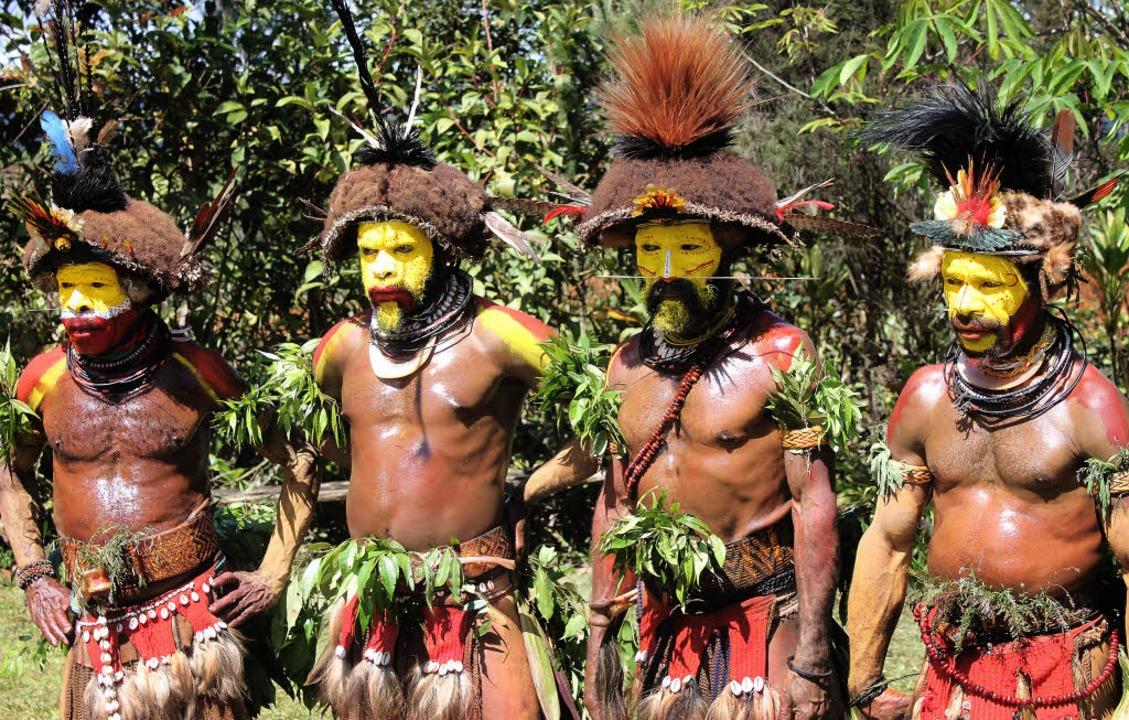 Gelbe Gesichtsbemalung, farbenfrohe Pe...tamms im Hochland von Papua-Neuguinea   | Foto: dpa