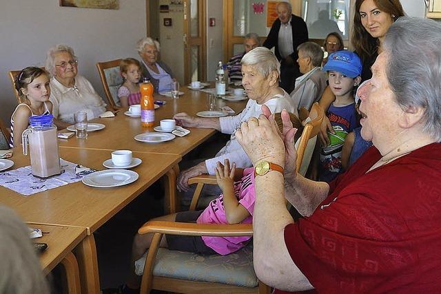 Senioren und ihre kleinen Gäste