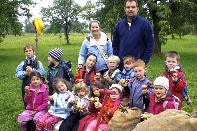 Apfelernte mit den Kindern