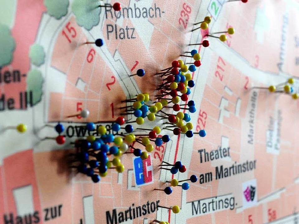 Ein Stadtplan im Polizeirevier Freibur...bedeutet gefährliche Körperverletzung.  | Foto: Ingo Schneider