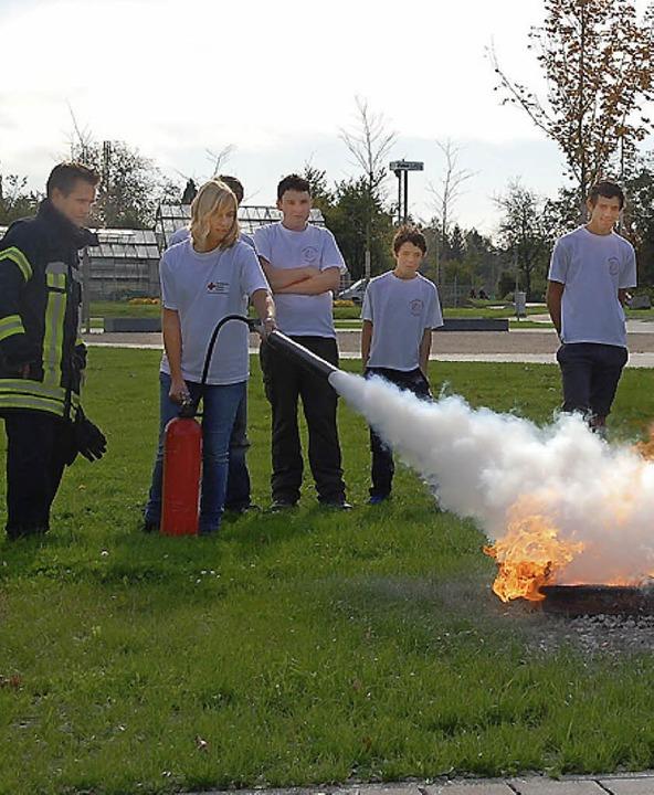 Während der 24-Stunden-Übung wurden au...im Umgang mit Feuerlöschern geschult.   | Foto: Jörg Schimanski