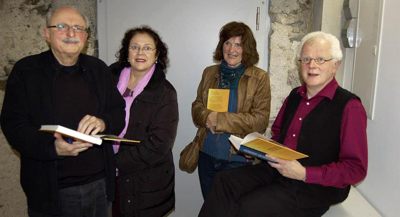 Stefan Pflaum (links) und Uli Führe signieren ihr Liederbuch.   | Foto: Christian Ringwald