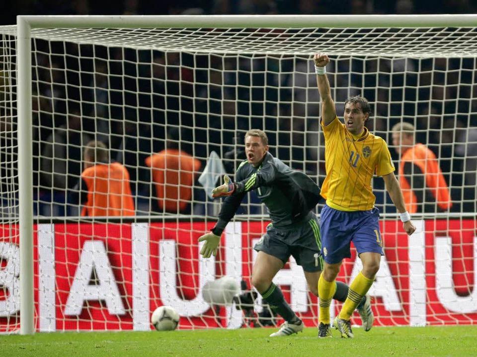 Johan Elmander (links) erzielt das 4:3 für Schweden  | Foto: Peter Disch, Michael Kappeler