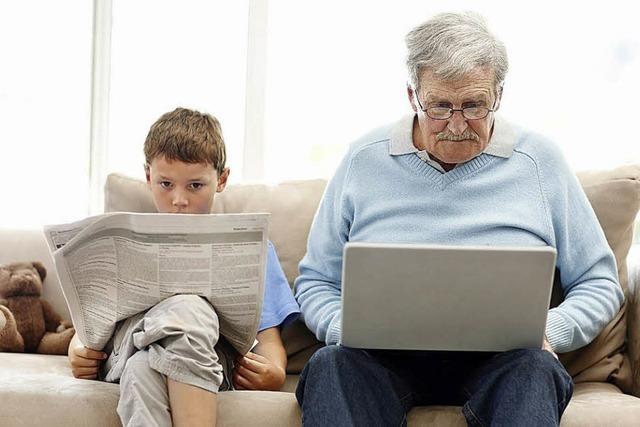 Opa und Enkel am PC