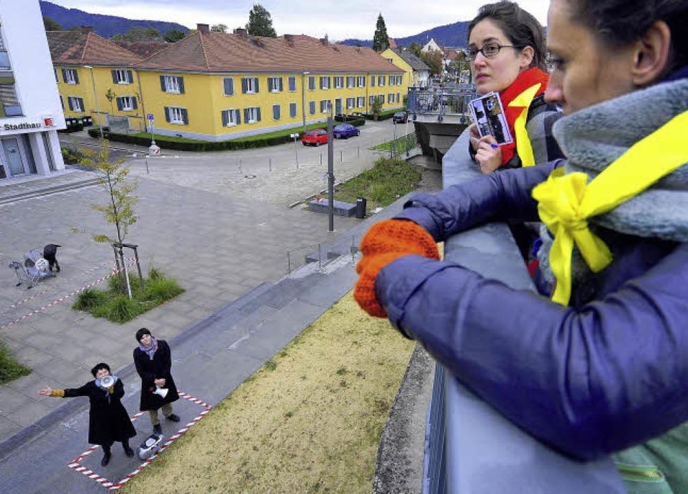 Lautsprecher: Vom Laubenplatz aus ließ...ts   Mae Gogishvili und  Sylvia Lutz).  | Foto: Thomas Kunz