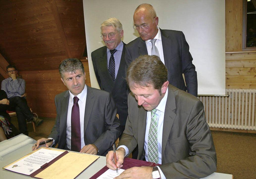 Die Partnerschaft zwischen Oliveri und... Gerd Baumgartner und Jürgen Mostert.   | Foto: Dieter Maurer